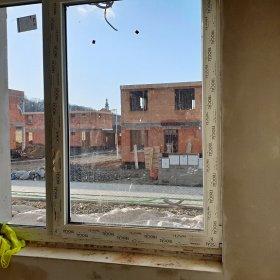 výhled na kostel - okno v kuchyní 04-02-2020