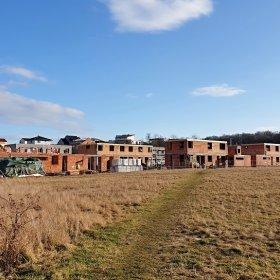 pohled z budoucího parku na vznikající solitérní vily 04-02-2020