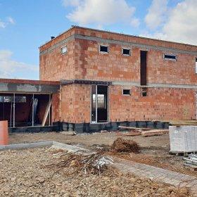04-03-2020 vila RD 36: osazují se vstupní hliníkové dveře a okna
